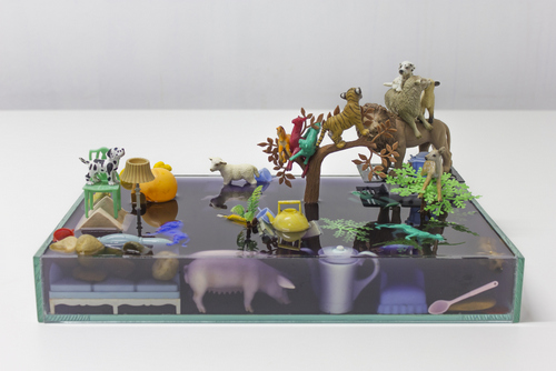 Cheia, em roxo I 2015  I água, vidro, acrílica, plástico, resina I 20 x 45 x 14 cm